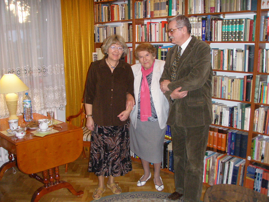 Państwo Świetlana i Andrzej Sikorscy ze stojącą pośrodku Marią Pajzderską