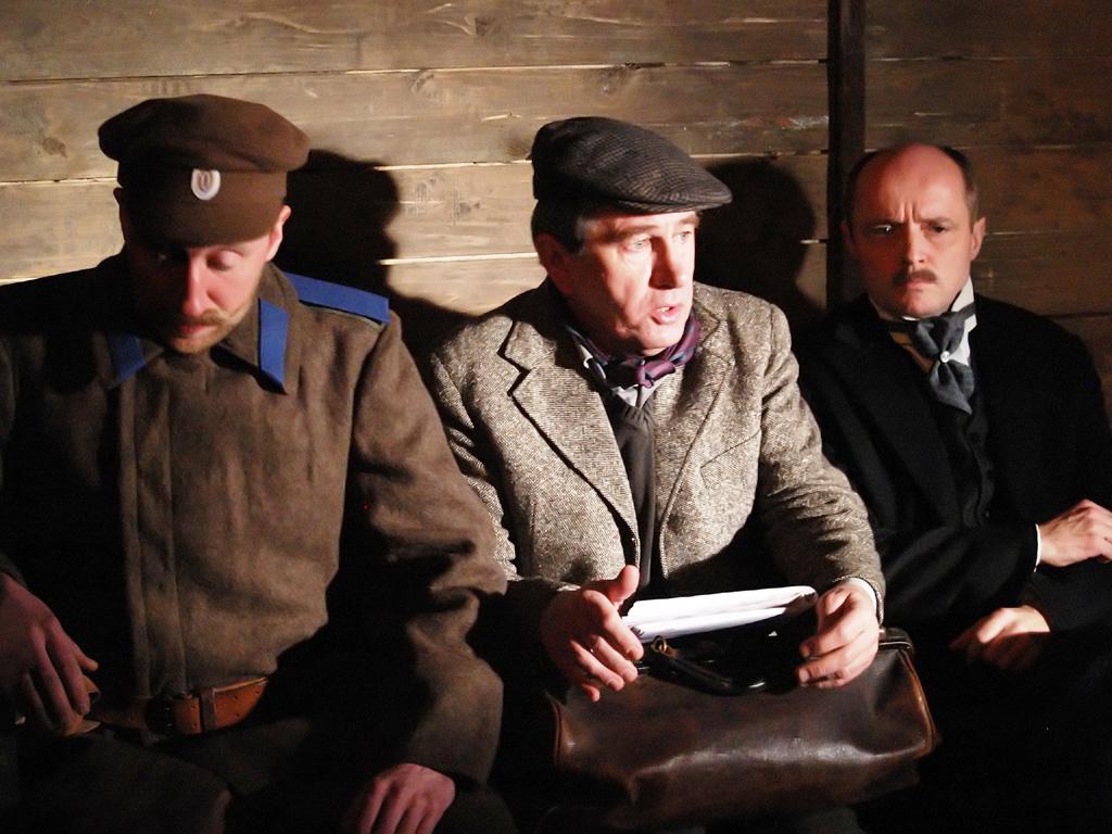 Rosyjski żołnierz (Cezary Kosiński), Afrykander (Jerzy Radziwiłowicz) i pasażer (Piotr Bajor) w podróży po Rosji