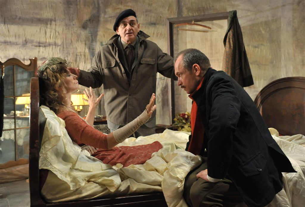 Ela (Magdalena Cielecka), Quadratus (Jerzy Peszek) i ułan Jureczek (Mariusz Bonaszewski) podczas seansu spirytystycznego
