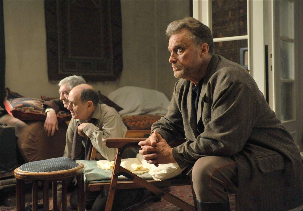 Tatar (Daniel Olbrychski), Quadratus (Jerzy Peszek) i pan Wincenty Jerzy Trela) odmawiają litanię przed opuszczeniem Warszawy